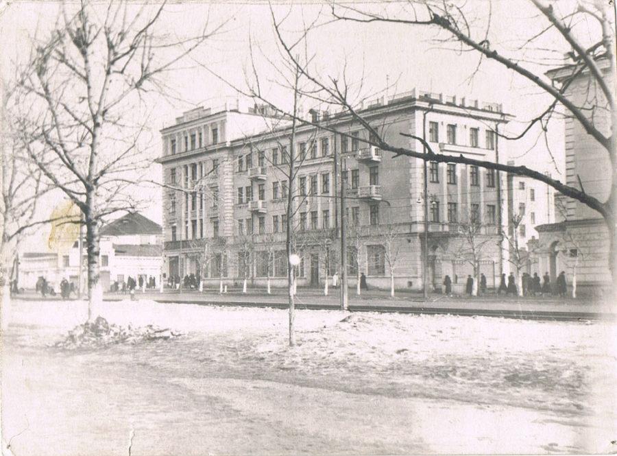 Дом с магазином «Лакомка» на первом этаже